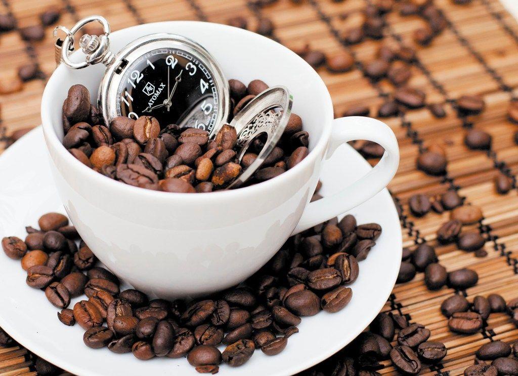 Открытка пить кофе
